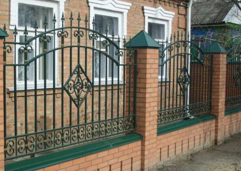 кирпичный забор с ковкой в Кирове