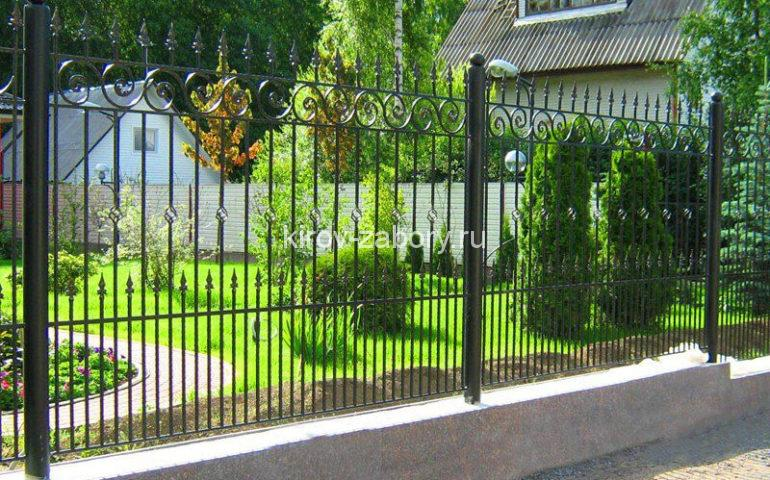 забор из металлопрофиля с элементами ковки